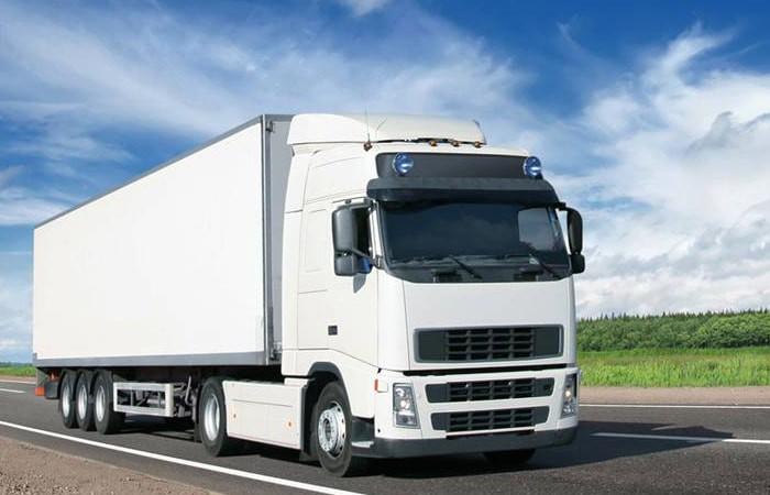 smagais auto uz ceļa nogādā kravu