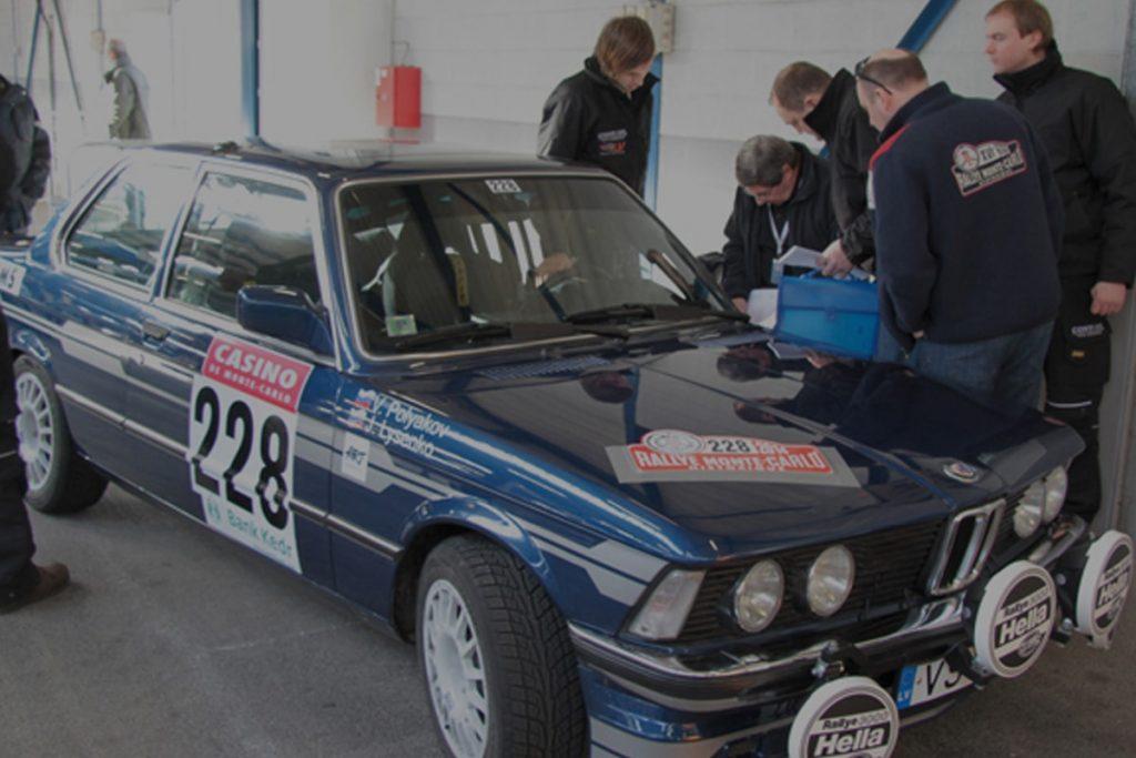 komanda ar mehāniķiem aiz BMW Alpina B6 gatavojas startam sacīkstēs