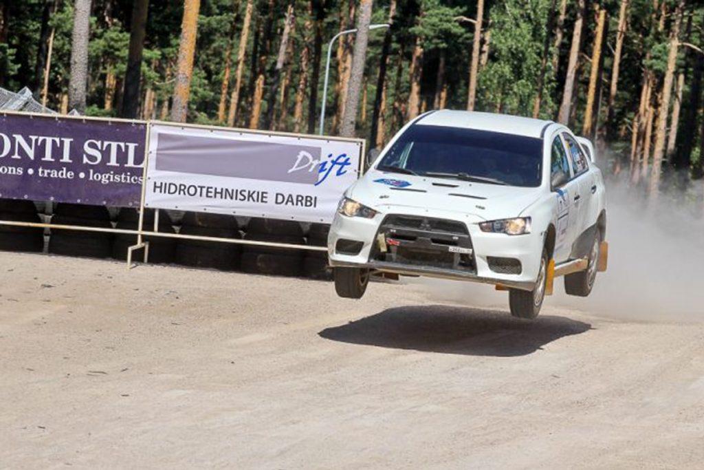 rallija mašīna lec pāri tramplīnam rallija Latvija 2017 laikā